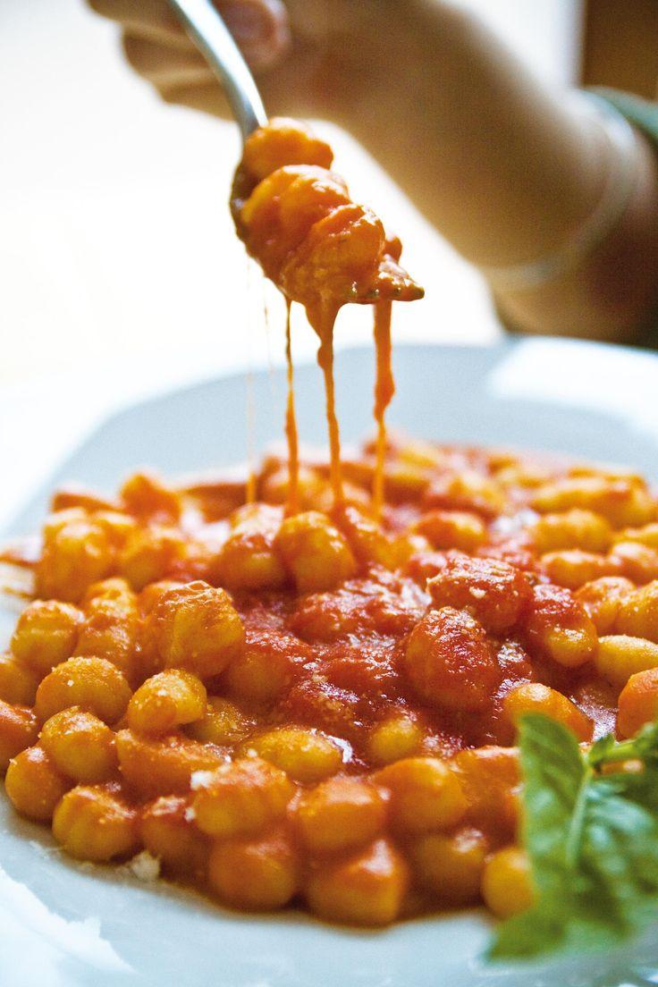 Verse gnocchi met tomatensaus en basilicum