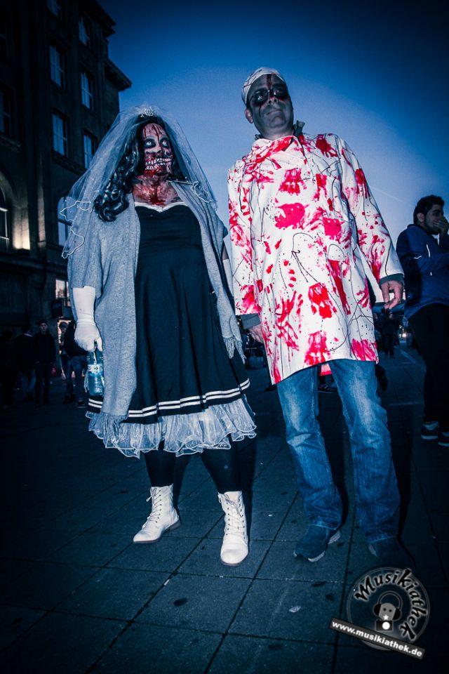 Die 45 gruseligsten Halloween Verkleidungen. Eine tolle Idee für die diesjährige Halloween Party: Zombie Braut, gesehen beim Zombiewalk - Kostüm & Makeup einfach zum selber machen. Ein DIY Horror Halloween Outfit, welches echt tool gemacht ist.. Ganz schön unheimlich. Foto @ David Hennen, Musikiathek. Besucht die Website für weitere Ideen.