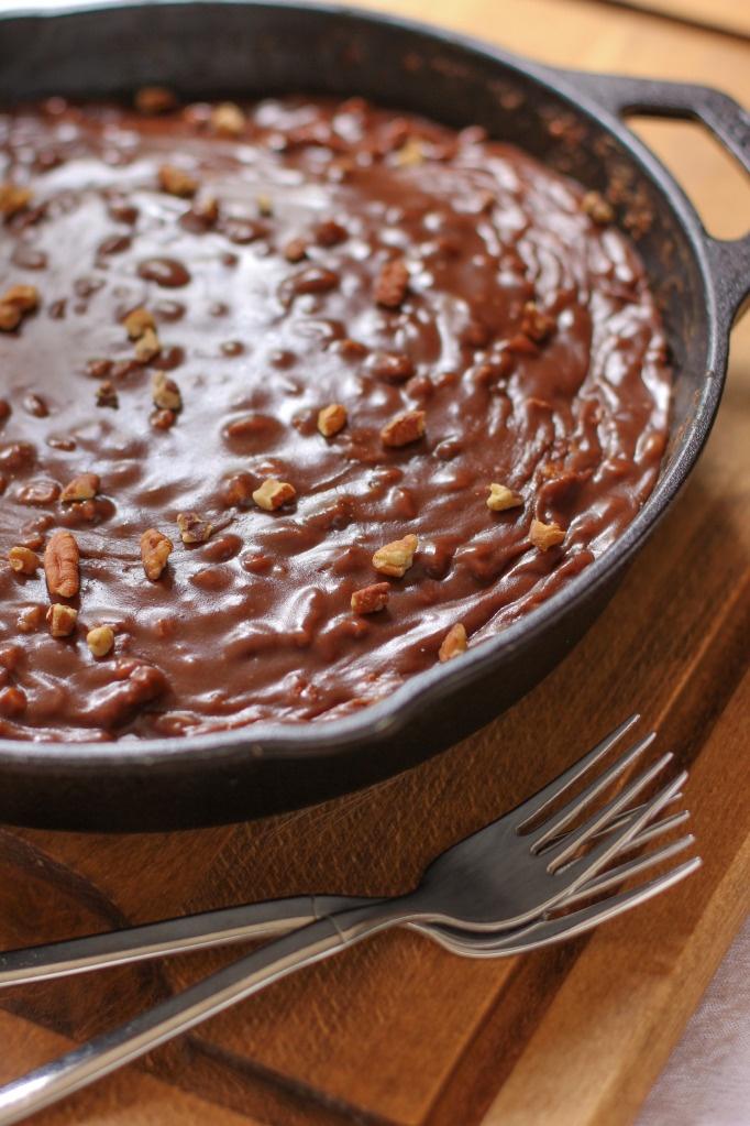 Gooey chocolate skillet cakeBirds Baking, Sweets Eating, Iron Skillet, Chocolates Cake, Gooey Chocolates Skillets Cake, Ice Cream Sundaes, Cake Ice, Sheet Cake, Cast Iron