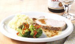 Varkensgebraad met knoflookpuree en gegrilde broccoli