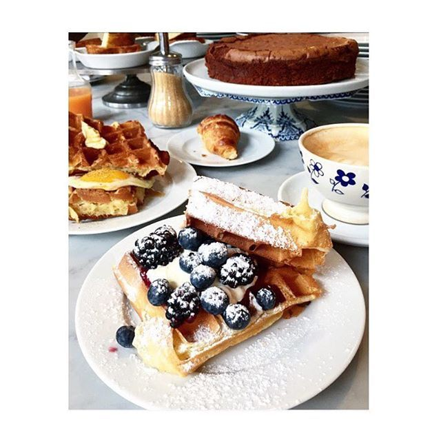 Nous sommes ouverts toute la journée et la soirée en ce lundi de Pâques! We are open all day today from brunch to late dinner. Happy Easter! Regram @oceanedx #buvette #paris #buvetteparis #pigalle Paris 9ieme