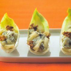 Witlofsalade met gorgonzola, peer en walnoot, uit het kookboek 'Amuses & appetizers' van Thea Spierings. Kijk voor de bereidingswijze op okokorecepten.nl.