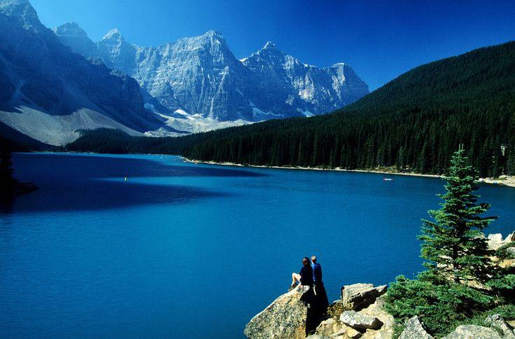 MONTAÑAS ROCOSAS (CANADÁ) Helado, con las montañas del fondo nevadas, con niebla y, sobre todo, con sol, en verano… el lago Moraine, en el Parque Nacional de Banff, el parque estrella de las Rocosas canadienses, es un lugar increíble para navegar en piragua por sus aguas o pasar las horas contemplándolo.