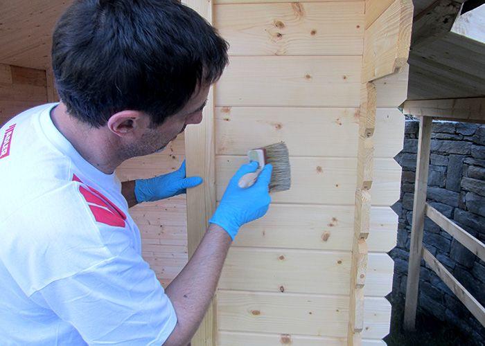 Imprägnieren Sie das unbehandelte Holz zuerst mit der farblosen Pullex Aqua-Imprägnierung.
