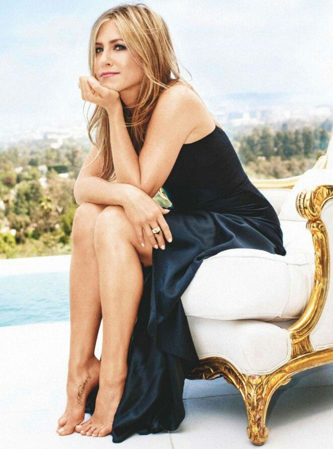 young-jennifer-aniston-legs-chubby-blondes-bound