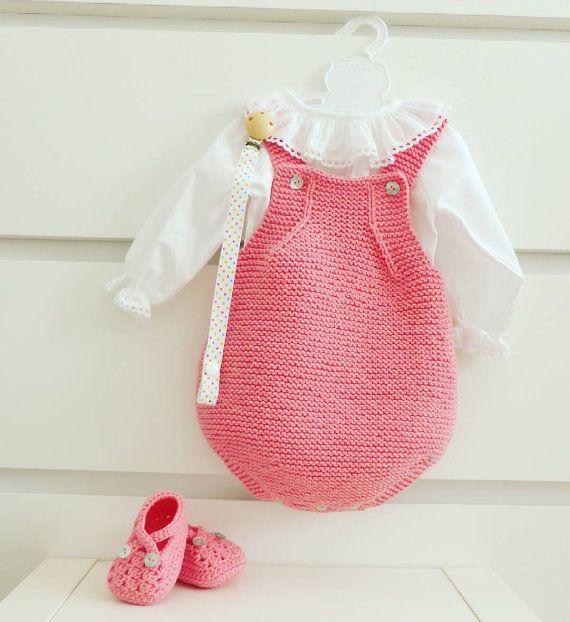 Macacão para recém-nascido feito à mão. Muito macio e confortável para o bebé vestir nos primeiros meses em qualquer estação do ano. Botões em