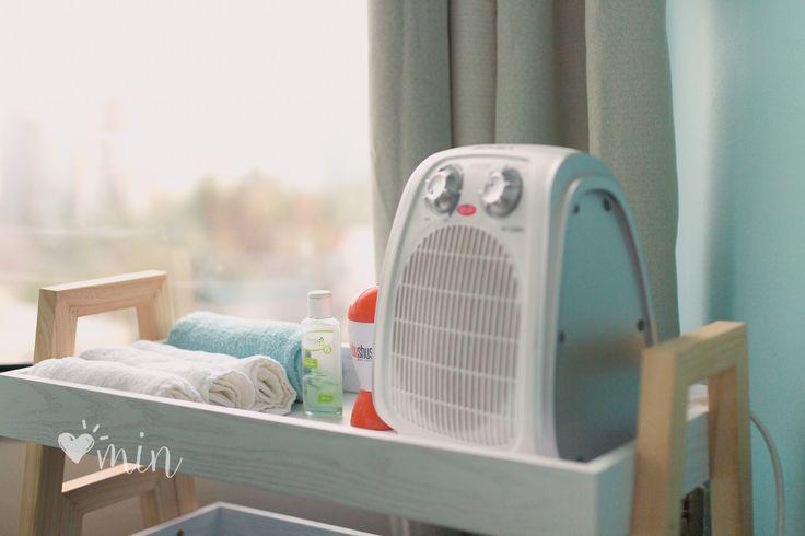 Infaltables en las sesiones, sobre todo en las de recién nacidos: · Calentador, para climatizar el ambiente, y que las guaguas se sientan calentitas y cómodas. · Alcohol en gel, para desinfectar las manos antes de tener contacto con la guagua. · Baby shusher, para ayudar a relajar a la guagua. Produce un sonido blanco que los tranquiliza. · Toallas, para ayudar a posicionar cuando se realizan las fotos en el puff.