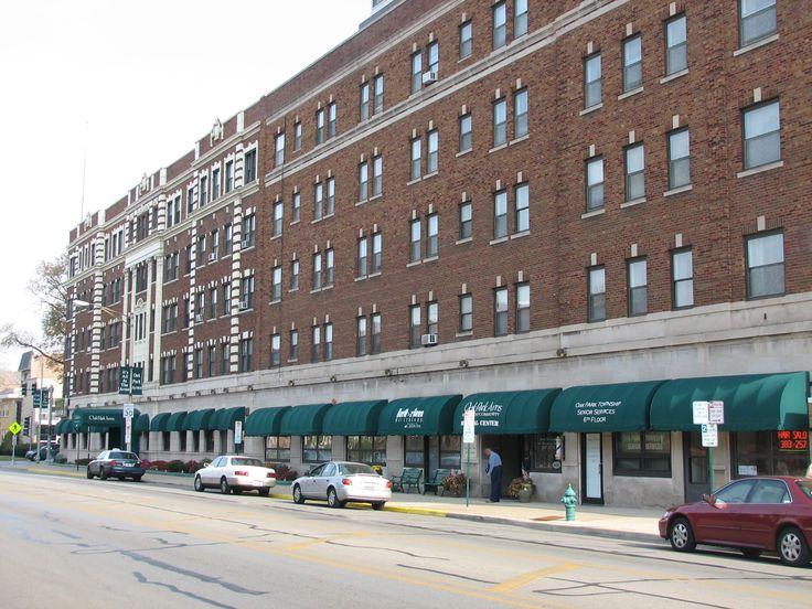 O exterior do Oak Park Arms em Oak Park, estado de Illinois, USA. Construído em 1921 por Arthur E. Lorenz, foi um hotel de luxo e de residência que hospedou casamentos de gala e foi anfitrião de muitas estrelas de cinema que lá se hospedaram. Em meados da década de 1970, foi comprado e transformado em uma comunidade para idosos aposentados.  Fotografia: ARichardson.