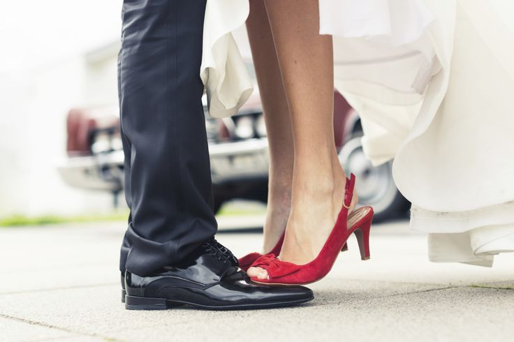 Chi lo ha detto che le scarpe da sposa debbano essere solo bianche, avorio o champagne? Possono anche essere colorate, qui qualche