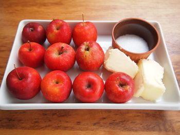 りんごバターの材料 ・りんご 普通サイズ1個 ・無塩バター 40g ・グラニュー糖 50g ・塩水(りんごの変色を防ぐため)