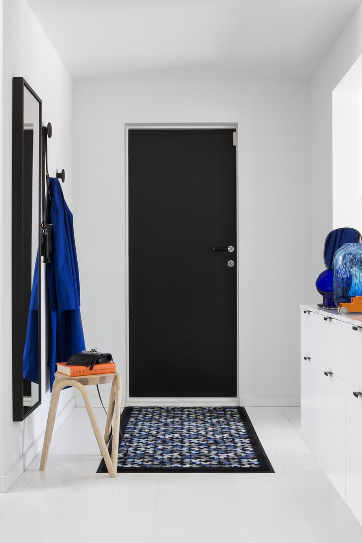 Eng Blue doormat contains subdued nuances of blue-grey on a black background. The Eng doormat is inspired by a blossoming meadow, interpreted in a stylized manner.