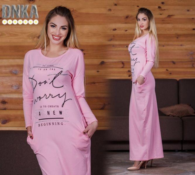Повседневное женское платье в пол трикотажное с надписями нежно-розовое