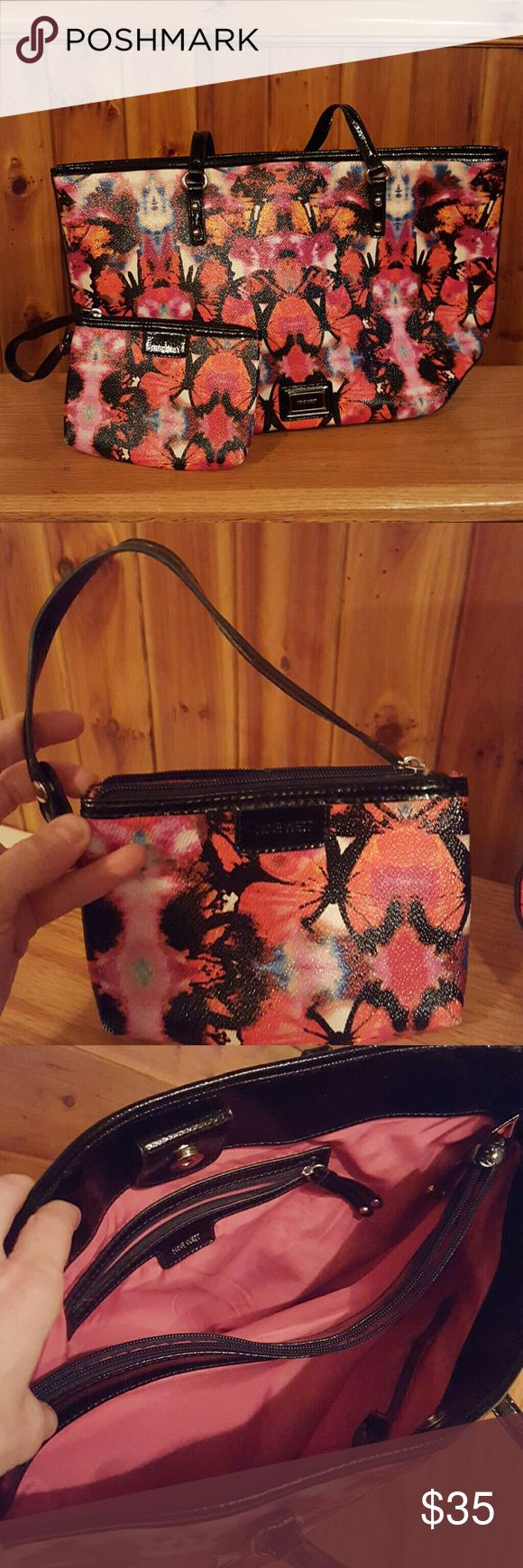 Nine West purse w matching wristlet Nine West purse with matching wristlet. In great condition. Pattern has butterflies. Lots of space for us women who love to pack our purses full Nine West Bags Shoulder Bags