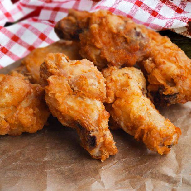 Para una bandeja de fingers de pollo necesitamos: Medio kilo de pechuga de pollo en filetes - el zumo de 1 limón - 1 diente de ajo picado o triturado (podemos usar ajo en polvo) - sal y pimienta - 1 chorrito de vino blanco (opcional) - Perejil picado - huevo batido y pan rallado grueso para empanar