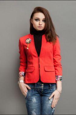 Модное обнажение: Ники Минаж надела пиджак с глубоким декольте