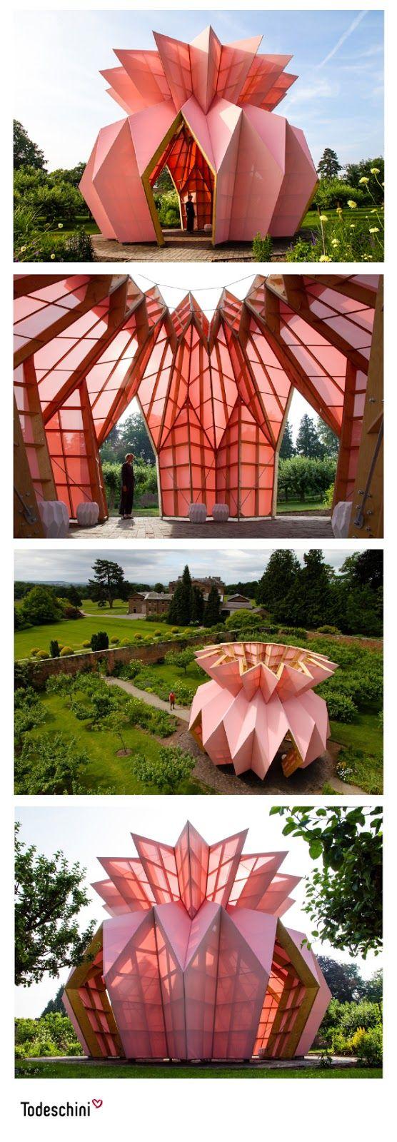 Este pabellón rosado en forma de piña se basa en un diseño en origami de los artistas de @studio_morison. Fue construido en el centro del jardín amurallado del siglo XVIII de la finca Berrington Hall en Herefordshire, Inglaterra. Look! Look! Look! es una obra contemporánea digna de admirar. #Diseñodeinteriores #Decoración #Todeschini #ambientes #mueblesamedida #arquitectura