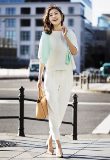 Tブラウスとジョガーパンツを合わせたコーデ。エレガントで上品なデザイン。アラフォー(40代)女性のおすすめジョガーパンツコーデ♬