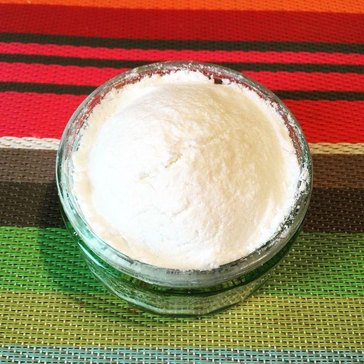 Cake vaisselle zéro déchet : Il vous faut : 100g de SCI (Sodium Cocoyl Isethionate, tensioactif qui permet à la préparation de se solidifier et de mousser) 20mL de vinaigre blanc 1 cuillère à soupe 1/2 de cristaux de soude (dégraissant naturel) 10 gouttes d'HE de Tea Tree 10 gouttes d'HE de menthe