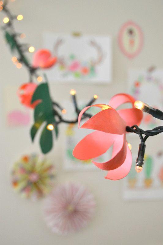 Flower tropical mood, un festone luminoso super bello e fai da te, ecco il link con il tutorial per realizzarlo http://www.lafigurina.com/2016/06/tutorial-come-realizzare-un-festone-con-fiori-e-foglie-tropicali/