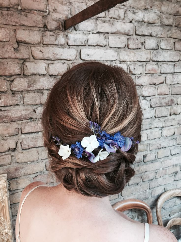 Brautfrisur mit Blumenkranz , Blumen im Haar , hoc…