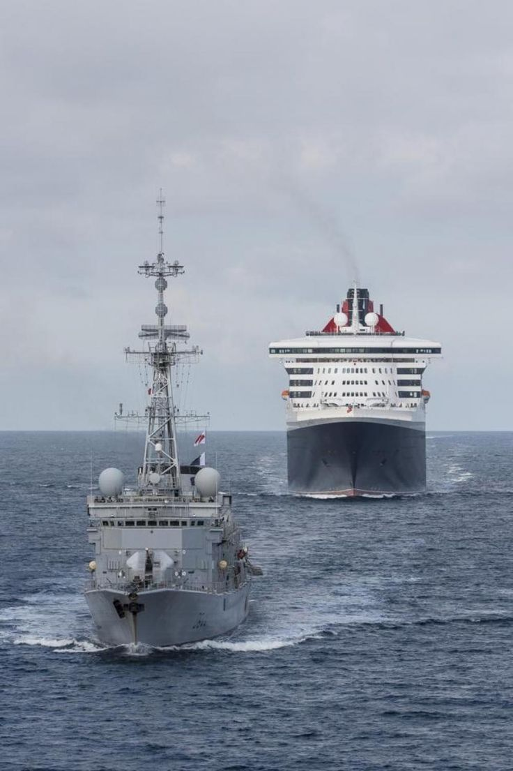Ce samedi matin, au large des côtes bretonnes, le Queen Mary 2, parti la veille de Cherbourg, a été rejoint par la flottille internationale de bâtiments militaires l'accompagnant jusqu'à Saint-Nazaire dans le cadre de The Bridge.
