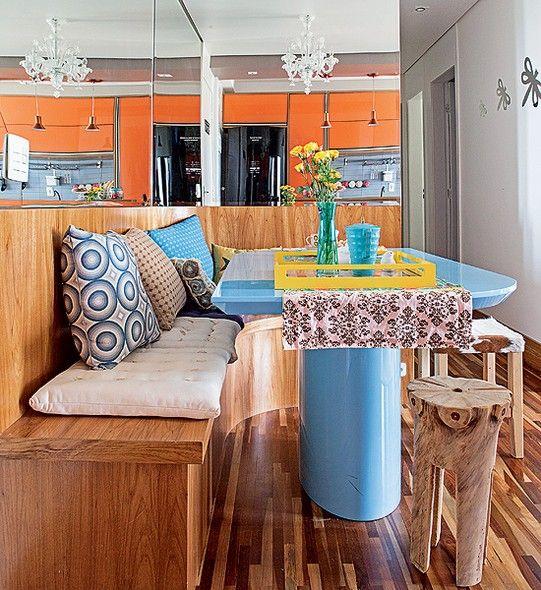 O apartamento tem apenas 50 m², mas os moradores faziam questão da sala de jantar para receber amigos. A arquiteta Letícia Arcangeli usou um banco encostado na parede para acomodar mais gente. A mesa tem cantos arredondados para não machucar ninguém