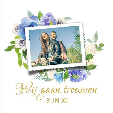 Romantic chique uitnodiging voor jullie bruiloft? Met witte ondergrond en mooie blauwe en groene watercolor bloemen. Geheel zelf aan te passen. Gratis verzending in Nederland en België.