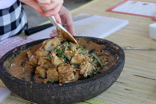 Gado-Gado ist ein typisches Gericht von Bali. Es besteht aus viel Gemüse, Tofu, Erdnüssen, Tomaten, Sojasprossen und Erdnusssause. #Bali #Essen #Indonesien #erlebeFernreisen