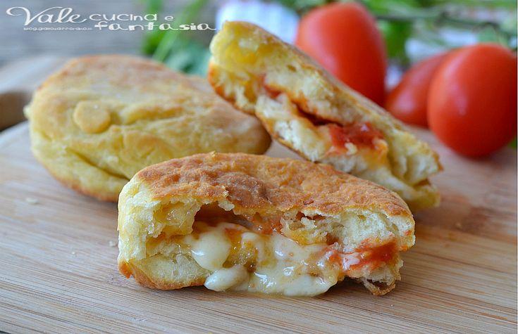 Focaccine fritte con pomodorini e mozzarella, troppo sfiziose, troppo facili, troppo veloci,una soluzione per uno spuntino,antipasto,aperitivo gustoso