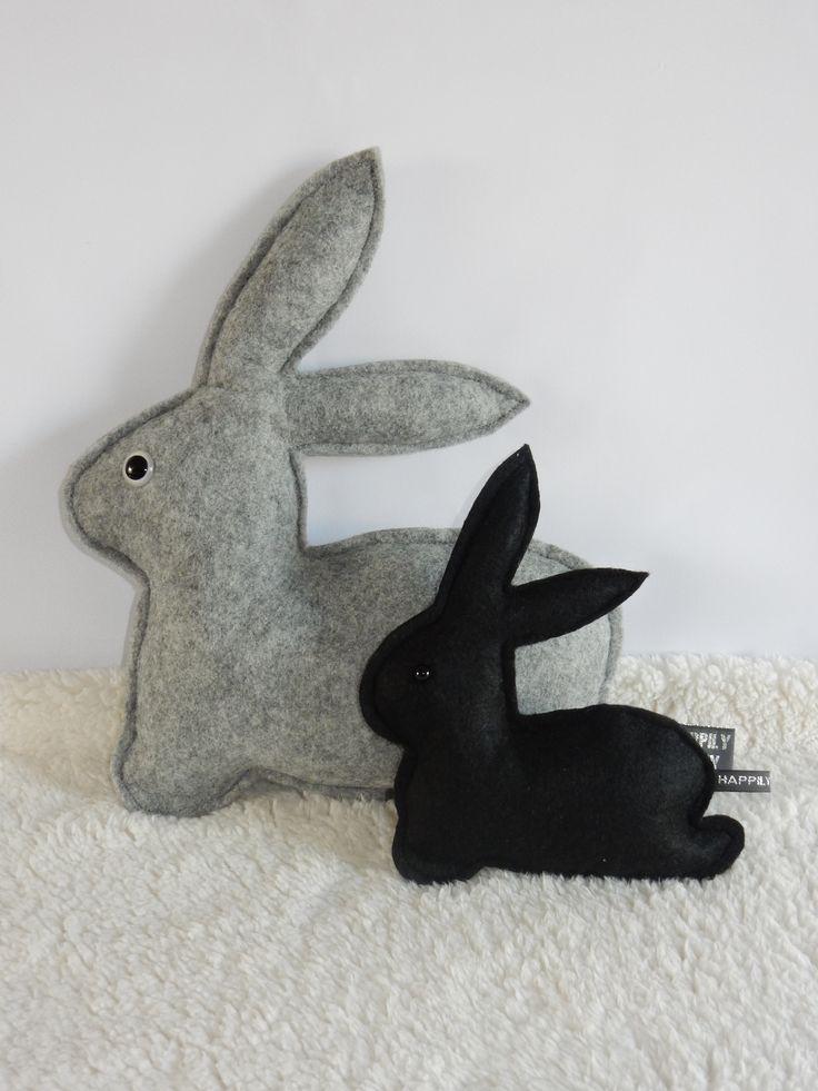 Deze leuke konijn kussen staat echt geweldig op iedere kamer! Het kussen is gemaakt van zacht vilt en met veiligheids oogjes vast gezet. Deze worden zo bevestigd dat ze niet los getrokken kunnen worden mits normaal gebruikt. Een ware must have voor iedere kamer! Kijk voor meer informatie op www.happilyfinny.nl