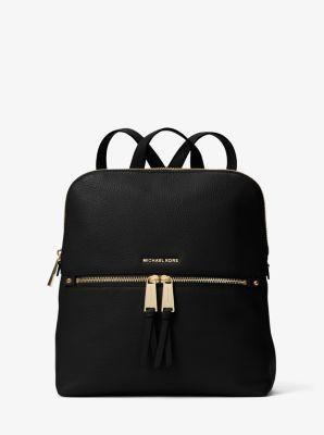 Élégant et fin, notre sac à dos Rhea réinvente les accessoires citadins. Nous adorons la juxtaposition de détails ultra-brillants sur le cuir grainé. Avec ses nombreuses poches zippées qui peuvent accueillir un ordinateur portable, un portefeuille et bien plus encore, c'est la version féminine d'un design durable.