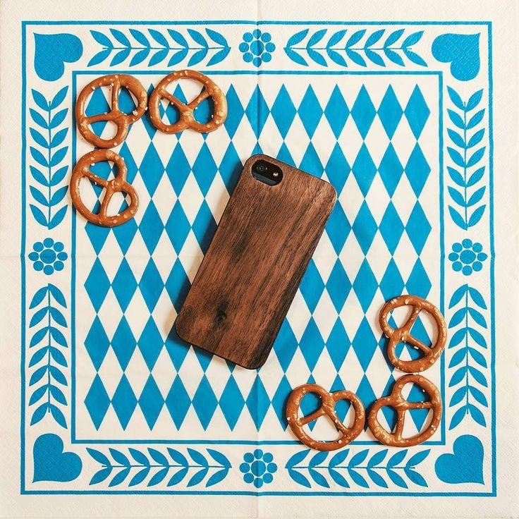 Die Wiesn 2016 ist in vollem Gang. Dafür braucht man natürlich auch das passende Outfit. Und auch euer Smartphone kann sich mit ordentlich Holz vor der Hülle präsentieren.  Zum perfekten Look geht es hier: http://ift.tt/2d24FBo  #kwmobile #oktoberfest #wiesn #wiesn2016 #münchen #dirndl #handyhülle #brezel #ozapfis #schottenhaml #maß #lederhosen #mordsgaudi