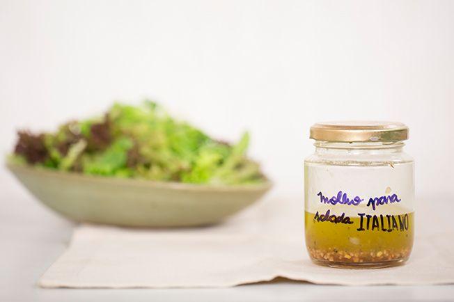 Quem disse que molho para salada é complicado de ser feito? A fórmula é básica: 1 medida de ácido para 3 medidas de azeite. Aí dá para variar com caldo de limão ou outra fruta cítrica, vinagre de vários tipos e até nas ervas frescas e temperos secos.