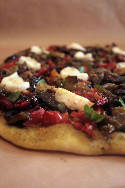 Pizza maison, légumes grillés, pignons, mozzarella, pesto