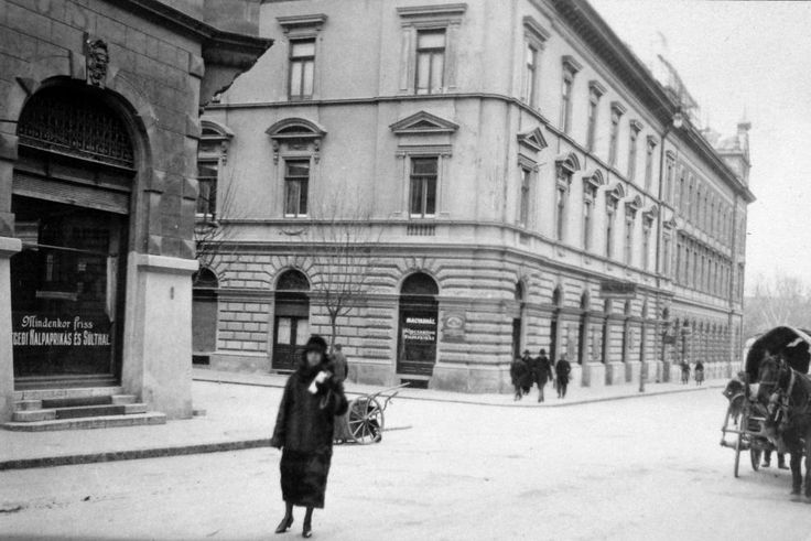 Vár utca - Deák Ferenc utca kereszteződése.