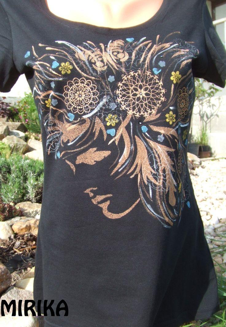Magic face Bavlněné tričko s motivem dívky s rozevlátými vlasy. Základem je technika savování a je doplněna tupováním, sítotiskem a malbou od ruky. V kvítkách jsou vlepeny kamínky swarovski. Velikost trička je 40
