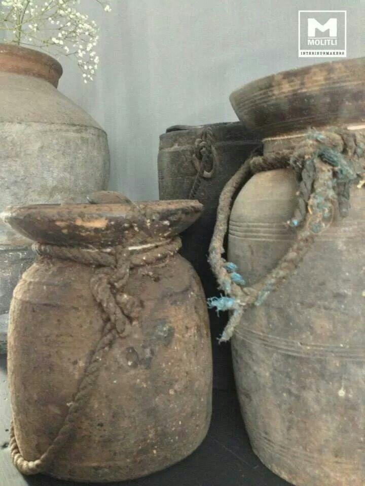 Vergrijzen met muurvuller en decoratieverf Bekleedt er je oude vaas, lampenvoet of schaal mee. Dat kan ook op hout of zelfs op riet! 'Boetseer' er als het ware omheen. Laat dat goed drogen. Je kunt het lekker grof laten of met water gladder strijken, naar behoefte.