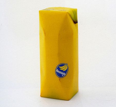Ce packaging enveloppe un jus de banane naturel. Cette conception a pour objectif de faire imaginer qu'on directement le fruit frais. En effet, cette imitation de couleur et de matière de la banane donne l'image d'un produit pur et non transformé. La simple étiquette présente dessus est identique à celle que nous trouvons sur des fruits en grande distribution. Le réalisateur a limité les écritures afin que le contenant ressemble à une vraie banane prête à être dégustée.