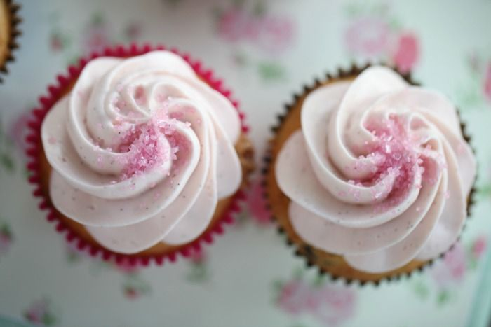 Vaniljecupcakes med bringebær og sjokolade + bringebærfrosting