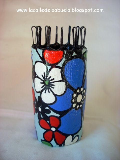 ¡Qué idea más genial! Un tricotín (tejedor) hecho con tubos de papel higiénico y ganchillos de pelo. La calle de la abuela: Tricotín casero y artesanal paso a paso. Segunda parte.