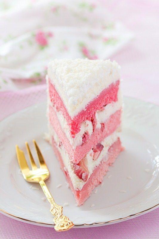 Розовый торт с клубникой, белым шоколадом и маскарпоне