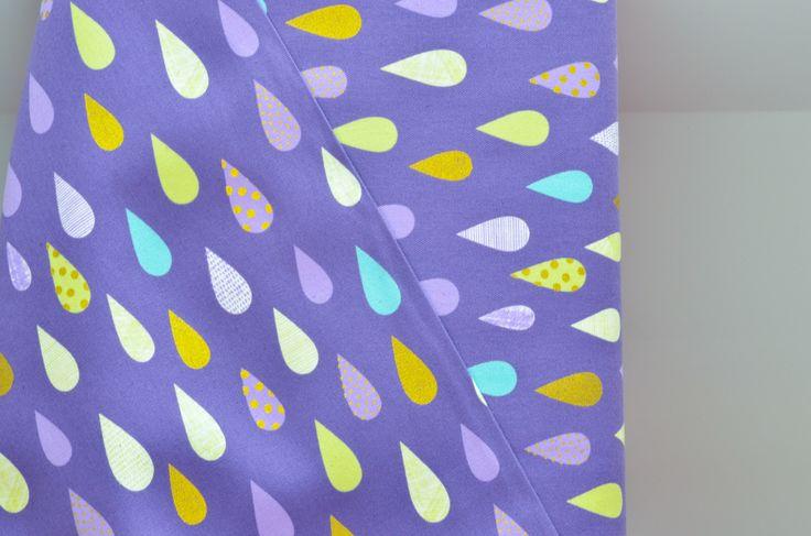Tela japonesa de gotas diseño de Kokka. Con estampado de gotas en tonos claros y dorados con fondo morado. Aquí puedes comprar telas japonesas online.