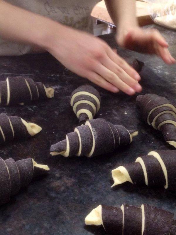 Les mains de Rachel Oddo, façonnage des croissants bicolores (création de David Bedu), photo Jean-Pierre Oddo