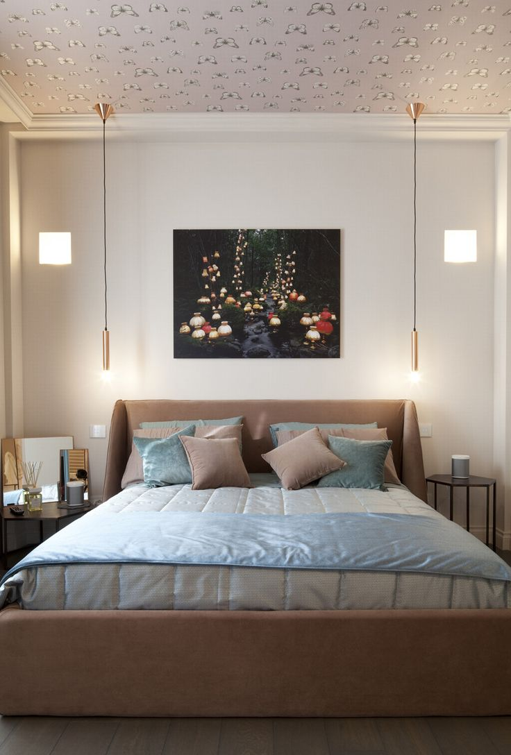 Stupenda camera da letto contemporanea, elegante e raffinata - colori neutri blu e marrone chiaro - sul soffitto carta da parati - illuminazione simmetrica essenziale
