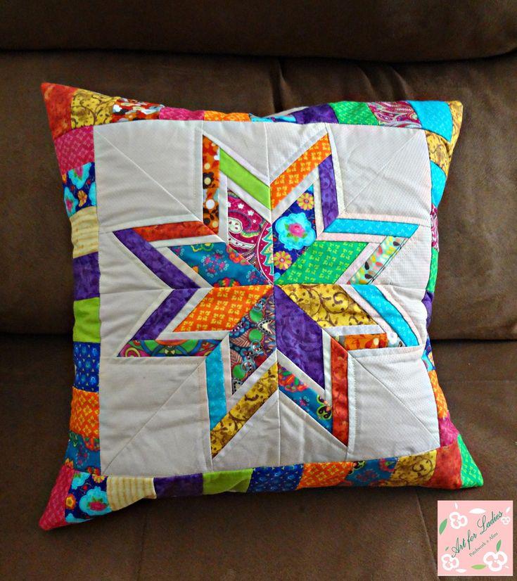 Capa de almofada de patchwork, paper piecing (as cores podem ser modificadas de acordo com a preferência). <br>Tecido 100% algodão. <br>Lavável. <br>Fechamento tipo envelope. <br>Não acompanha enchimento.