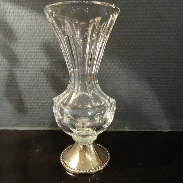 kristallen vaas op zilveren voet met parelrand