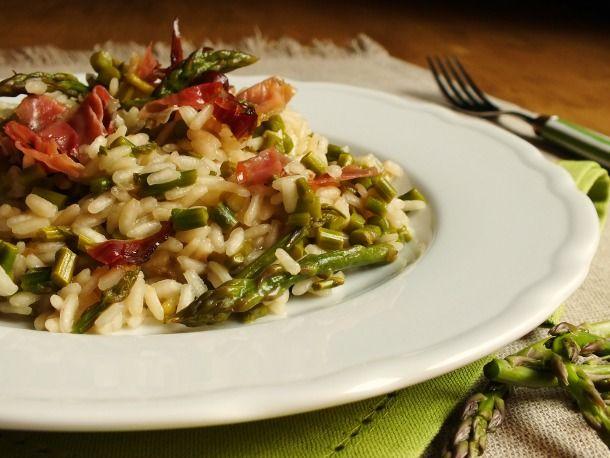 Questo risotto con asparagi è un primo piatto molto semplice da realizzare, reso particolarmente goloso dall'aggiunta di fettine di speck croccante.