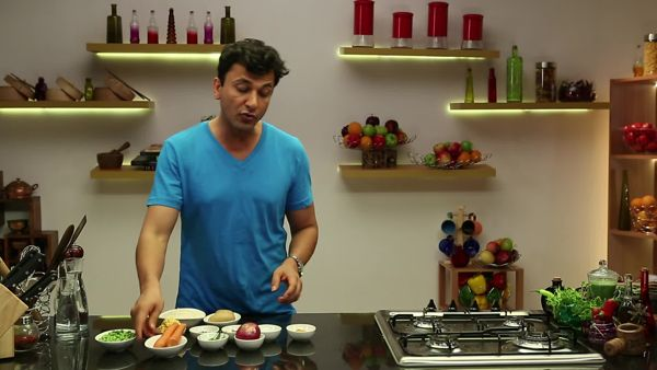EPISODE 37: GUJARATI KHICHDI On Gandhi Jayanti, Chef Vikas Khanna explores a recipe that has comforted many a soul. Khichdi is a simple one pot meal that has many variations all over the country. Chef Vikas shows you a vegetable version that you can add to your rerepertoire.