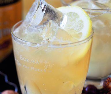 En svalkande dryck varma dagar med cider och grape. Du blandar den enkelt med grapefruktjuice och alkoholfri cider. Ciderbubbel med grape är en riktigt härlig törstsläckare.