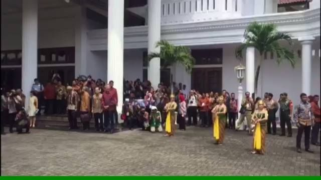 VIDEO: Warm welcome for PM Lee Hsien Loong as he arrives in Semarang, Indonesia, for his first leaders' retreat with Indonesian Presiden Joko Widodo.   (Video: Lim Jia Qi)